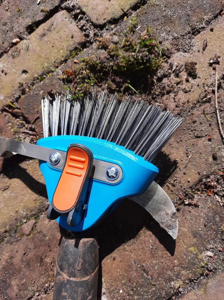Mos verwijderen van tuintegels