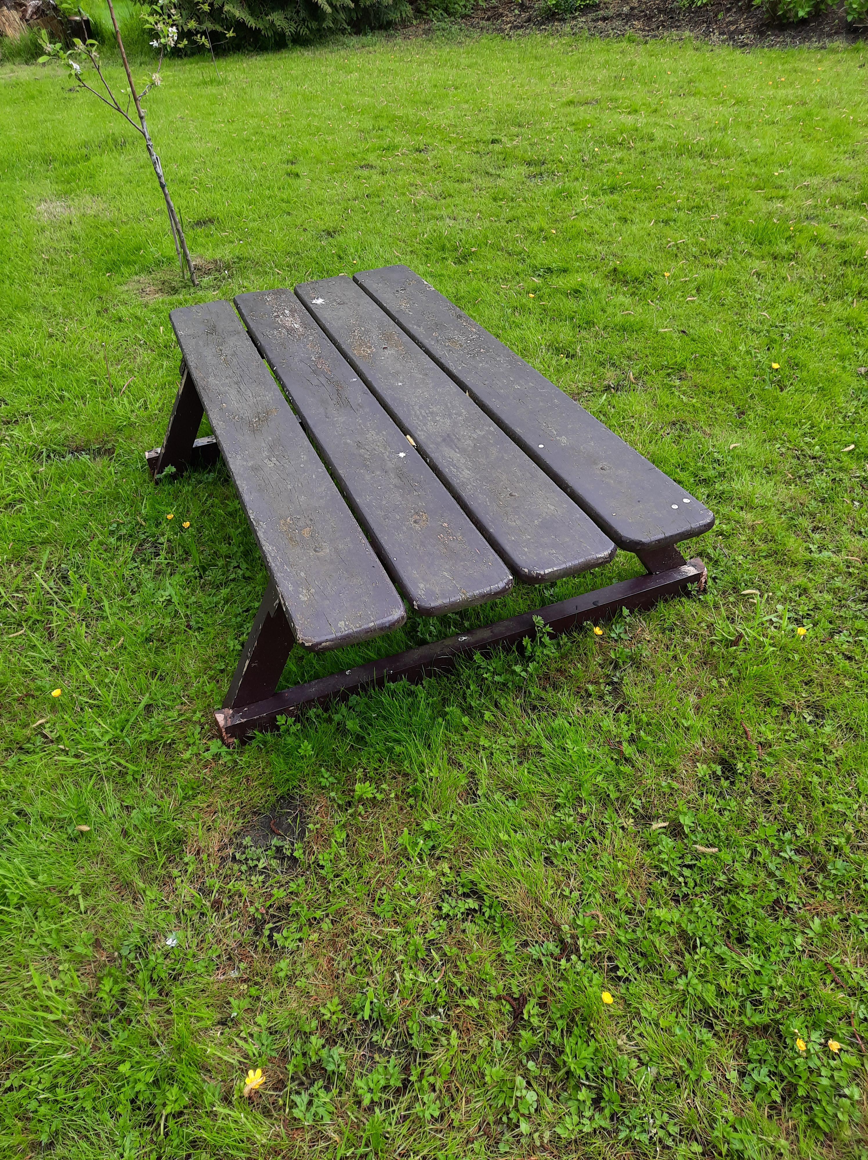 oude houten picknicktafel